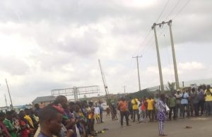 End SARS: Protesters hold Juma't prayer on expressway as CSO's join agitations against Police brutality [Photos]